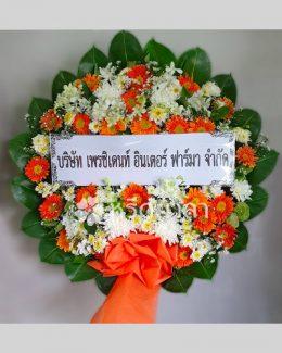 ดอกไม้สดจัดเป็นพวงหรีดทรงกลม ขนาดกลาง โทนสีส้มสดใส สะดุดตา