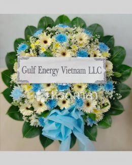 พวงหรีดดอกไม้สดจัดเป็นโทนสีขาวฟ้า ขนาดกลาง ตกแต่งด้วยโบผ้า