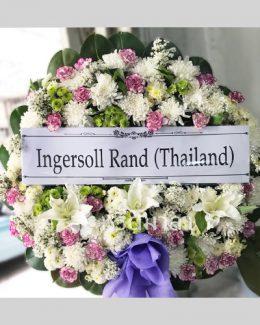 พวงหรีดจัดด้วยดอกไม้สีขาวและม่วงอ่อน ตัวแทนความอาลัยให้ผู้ล่วงลับ