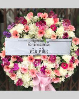 พวงหรีดจัดด้วยดอกไม้สดโทนสีม่วง ชมพู และขาว ขนาดกลาง
