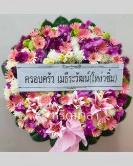 ดอกไม้สดจัดเป็นพวงหรีดสวยงาม แสดงความอาลัยถึงผู้ล่วงลับ