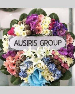 พวงหรีดดอกไม้สดสี่สี ประกอบด้วยสีชมพู ม่วง ขาว และฟ้า