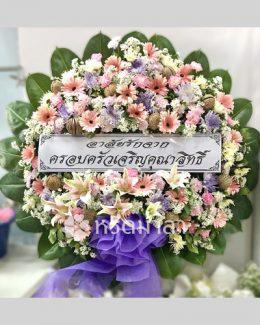 หรีดมาลา บริการพวงหรีดดอกไม้สด โทนสีอ่อน ตกแต่งเพิ่มด้วยโบทำจากผ้า