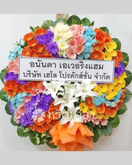 พวงหรีดดอกไม้สด จัดอย่างพิถีพิถัน สีสันโดดเด่นสะดุดตา ใช้ดอกไม้คุณภาพ