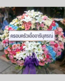 ดอกไม้สดมากคุณภาพนำมาจัดเป็นพวงหรีด สื่อแทนความอาลัยให้ผู้ล่วงลับ