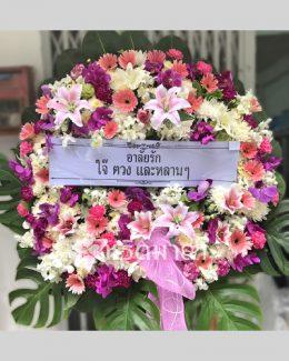 พวงหรีดขนาดใหญ่จัดด้วยดอกไม้สด โทนสีม่วง-ขาว แซมสีชมพูและเขียว