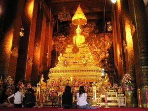 มารยาทในการเที่ยวชมวัดไทยที่ควรปฏิบัติ - สำรวมกาย วาจา ใจ เมื่อเข้ามาภายในพระอุโบสถ