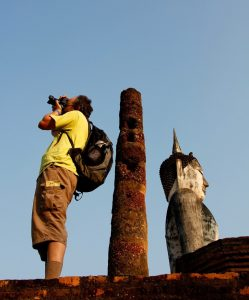 มารยาทในการเที่ยวชมวัดไทยที่ไม่ควรปฏิบัติ - ปีนป่ายโบราณสถานภายในวัด